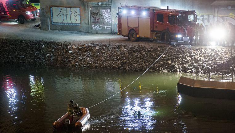Duikers en brandweerlieden zoeken naar overlevenden in het water waar het busje met de leden van Viola Beach te water raakten. Beeld reuters