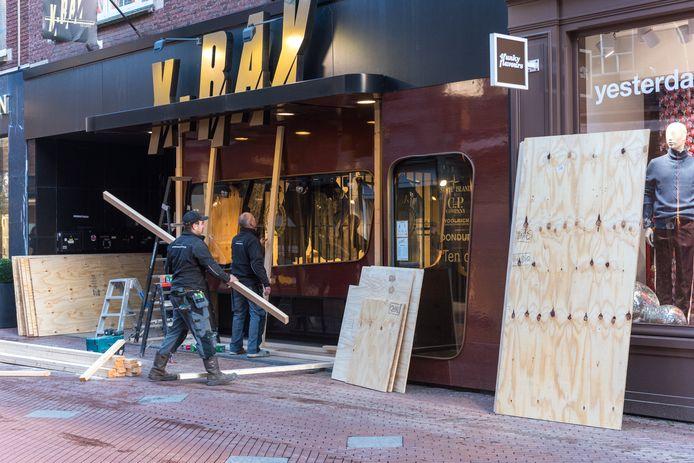Op de Hooghuisstraat werd dinsdag een vijftal winkelpanden dichtgetimmerd, waaronder ook bij X-Ray.