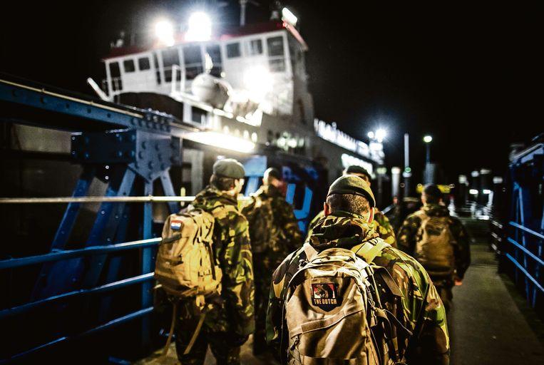 Militairen vertrekken richting Schiermonnikoog. Ze gaan spullen opruimen die op het strand zijn aangespoeld nadat het vrachtschip MSC Zoe 270 containers was verloren. Beeld ANP