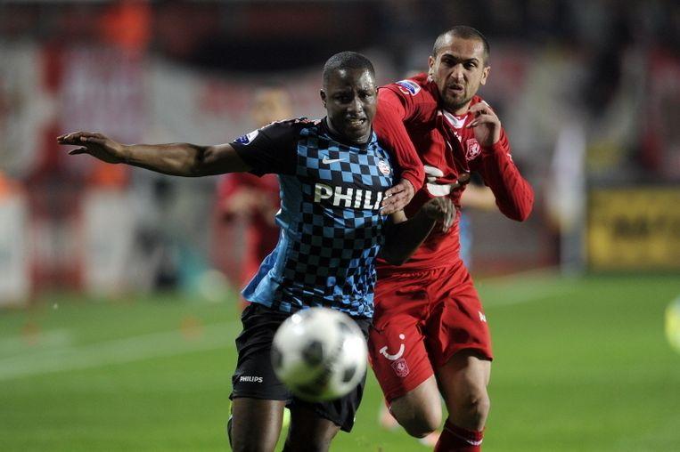 Jetro Willems (links) in duel met Bajrami van FC Twente. © PRO SHOTS Beeld