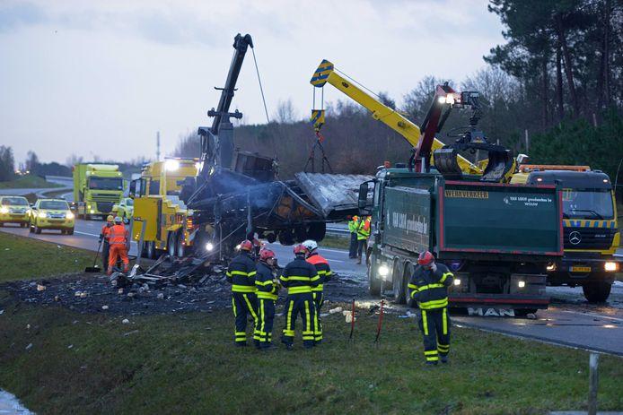 Hulpdiensten voeren opruimwerkzaamheden uit op de A4 ter hoogte van Bergen op Zoom bij een uitgebrande vrachtwagen met frituurvet.