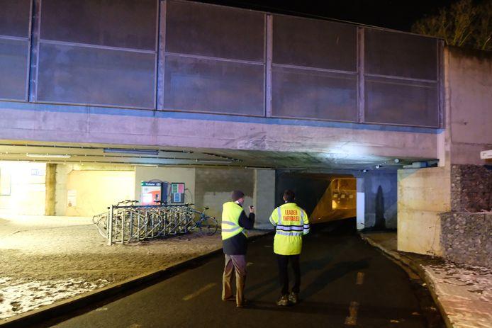 Ingenieurs van Infrabel onderzoeken de stabiliteit van de brug.