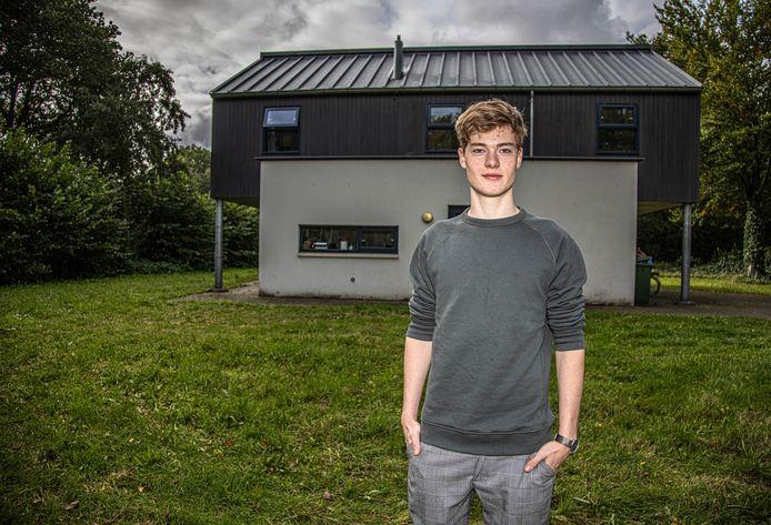 Mika Jeuring (18) voor zijn nieuwe thuis.