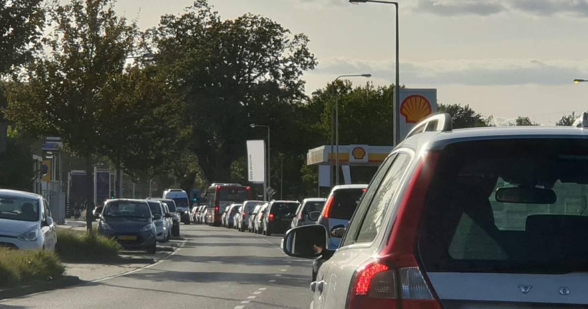 Verkeerschaos in Enschede: singel dicht na ongeluk bij Volkspark.