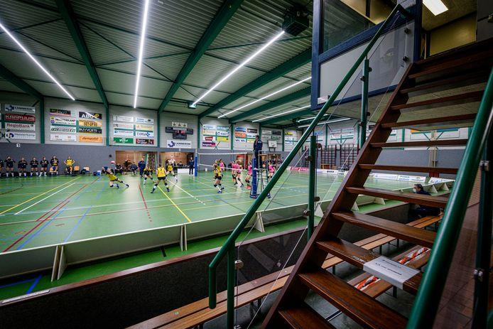 De trap is leeg in De Schalm. De volleybalsters van Set-Up'65 moeten het thuis doen zonder de steun van de fanatieke achterban.