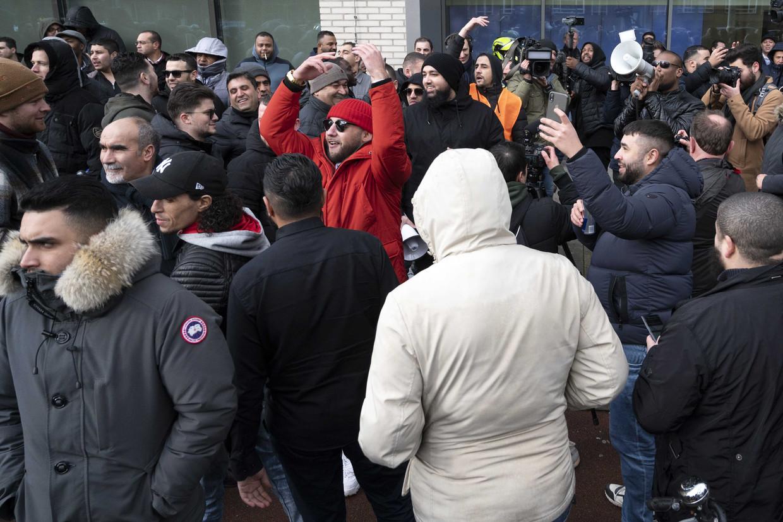 Amsterdamse taxichauffeurs voeren actie bij het hoofdkantoor van Uber.  Beeld ANP