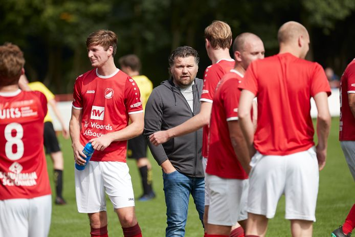 Bert van Losser is naast presentator en voetbalcommentator dit seizoen ook de trainer van Reünie.