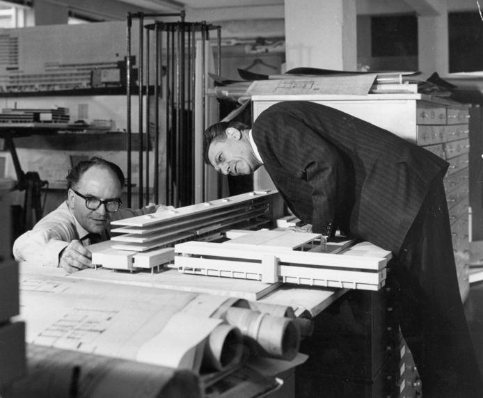 De architecten Bakema en Van den Broek zo'n 50 jaar geleden bij de maquette van het ribgebouw, waarvoor een groot deel van de binnenstad zou moeten worden afgebroken. Archieffoto Cityplan