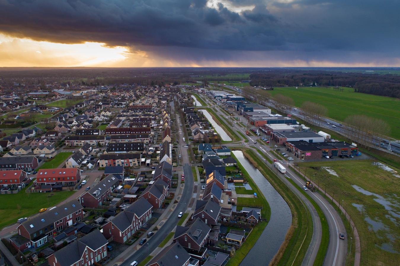 Wezep, met rechts de A28. Verplaatsing van de afrit van de A28 bij Wezep naar de Voskuilerdijk bij H2O in Hattemerbroek is voor de provincie Gelderland aanleiding aan te dringen op mogelijke gemeentelijke fusies.