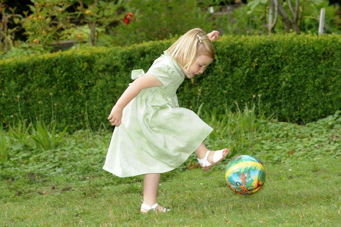 Prinses Amalia voetbalt in haar achtertuin in 2009.