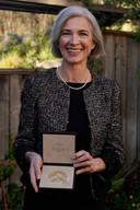 Jennifer Doudna met haar Nobelprijs.