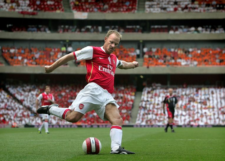 Londen, 2006, Dennis Bergkamp schiet op de goal van Ajax in zijn afscheidswedstrijd in het nieuwe stadion van Arsenal, The Emiratesstadion. Beeld Guus Dubbelman/de Volkskrant