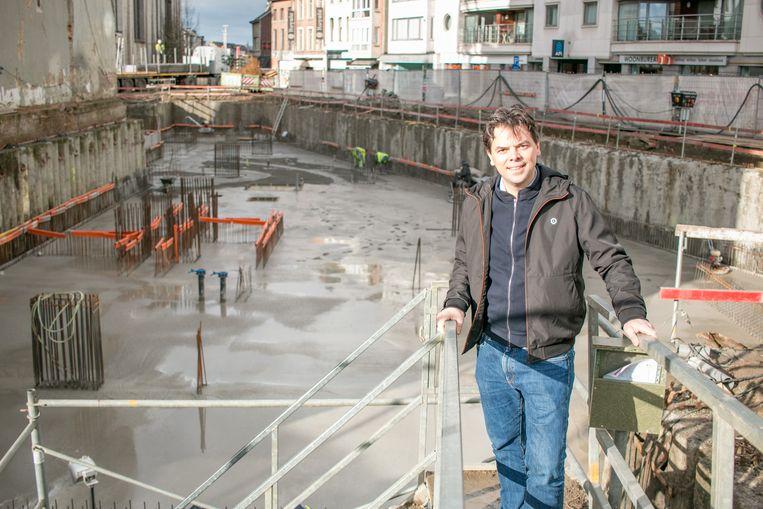 """Schepen Peter Buysrogge op de werf voor de bouw van de nieuwe stadhuisvleugel: """"Vanaf nu zullen we eindelijk de nieuwe vleugel zien verschijnen, stap voor stap."""""""