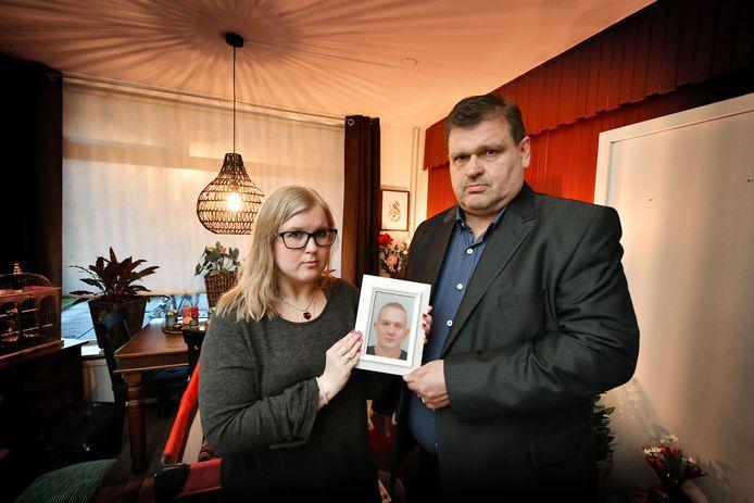 Eef-Jan Elst en zijn dochter Anica tonen een portret van Herwin Dikken.
