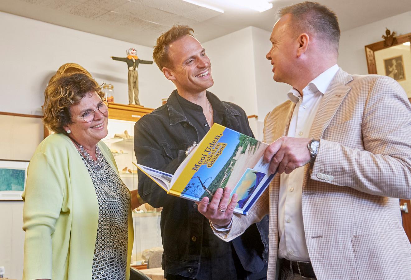 Presentatie nieuw plaatjesboek door de heemkundekring Uden. Op de foto vlnr. Annemieke de Groot van de Heemkundekring Uden, Giel de Winter en Ronald de Laak van Jumbo De Laak.