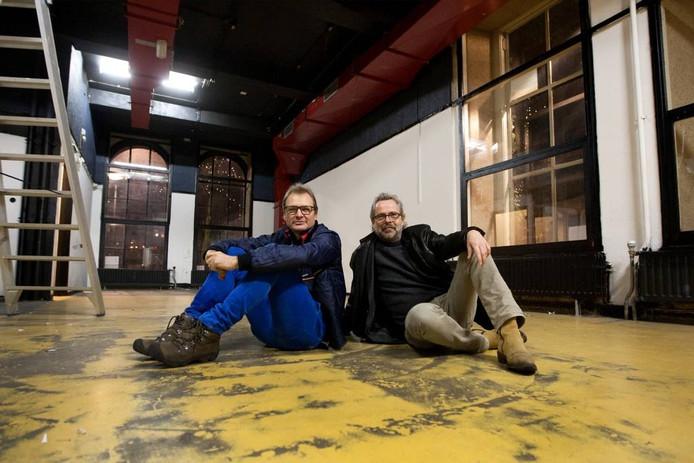 Huub Suazzo (links) en Fonz Scheepstra in het toekomstige café van De Hip. foto Ronald Hissink