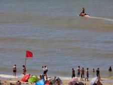 Rode vlag op stranden westkust: verraderlijke zee brengt tientallen zwemmers in moeilijkheden