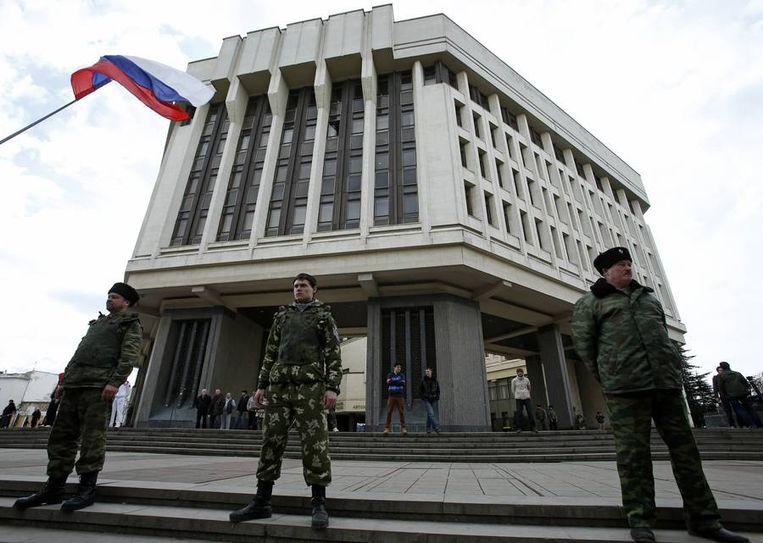 Beveiliging voor een regeringsgebouw in Simferopol op de Krim. Beeld reuters