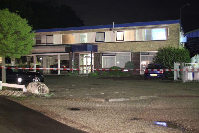 Zondagnacht werd er een molotovcocktail gevonden bij een bedrijfspand in Goor. Er ontstonden metershoge vlammen.