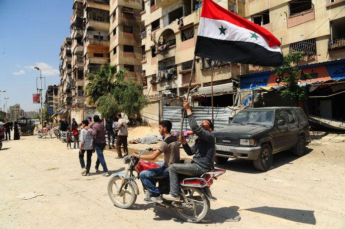 Foto's van feestvierende burgers in Douma worden verspreid door de Syrische staatsmedia.