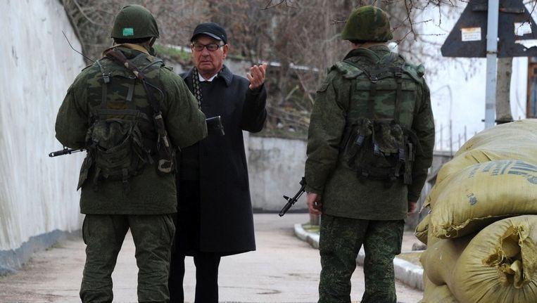 Een man in gesprek met Russische mariniers Beeld anp