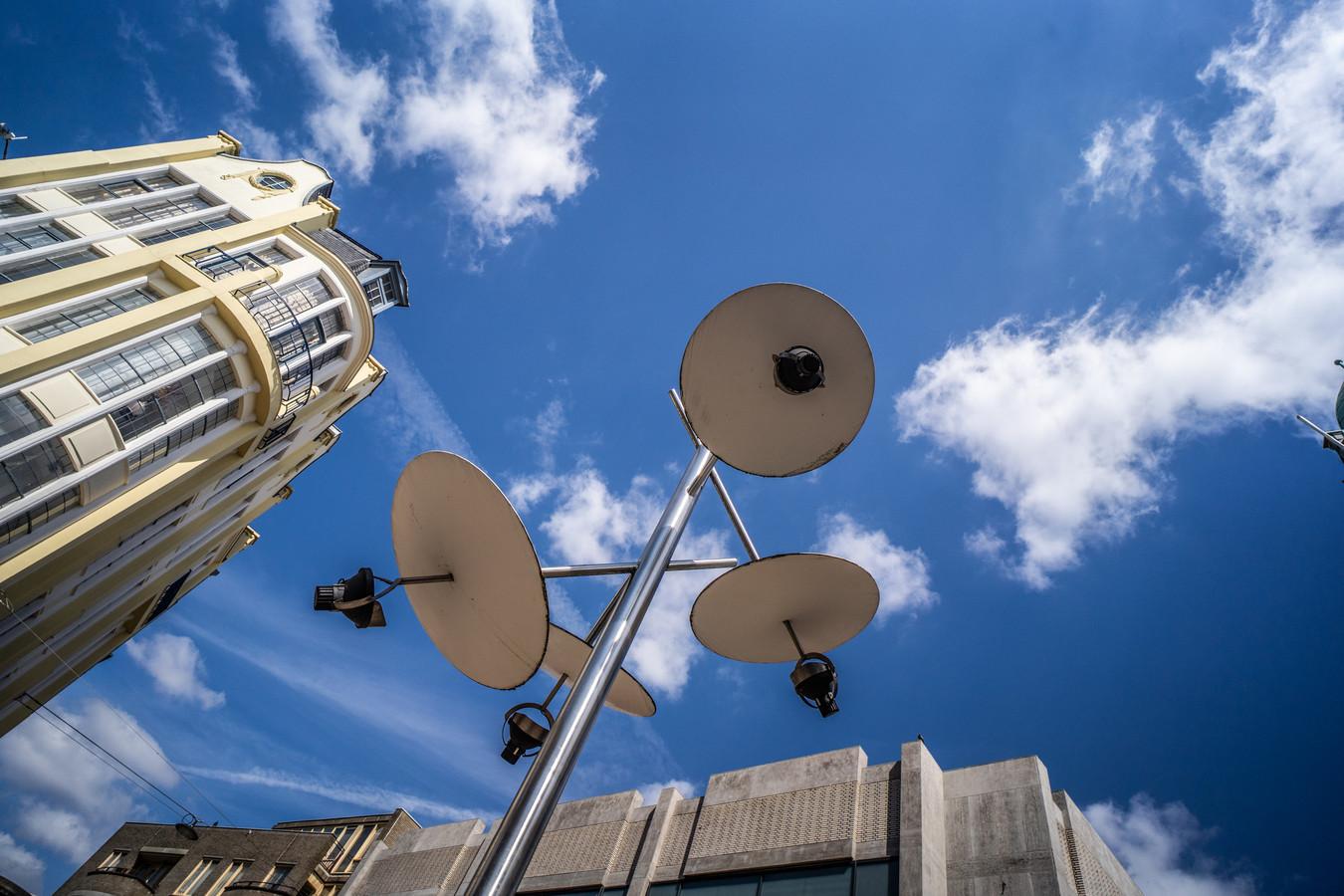 De lichtmast van Gijs Bakker op het Land van de Markt in Arnhem. Ook op de Rijnkade staan twee van zijn ontwerpen.