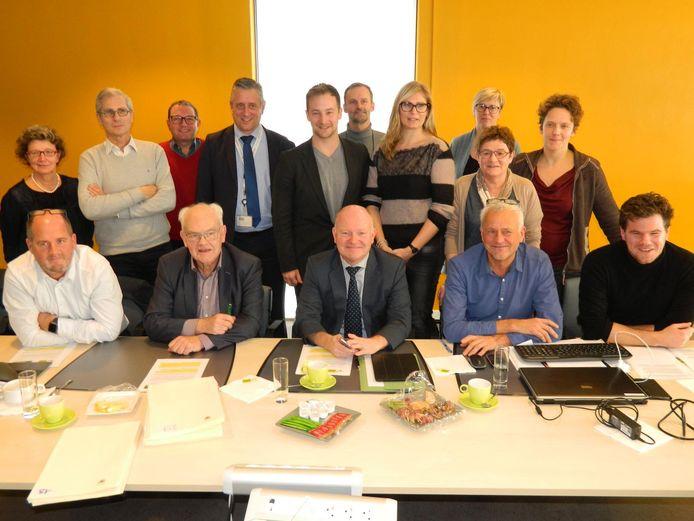 De pioniers van het warmtenet kwamen gisteren naar Eeklo om de concessieovereenkomst met de stad te beklinken.