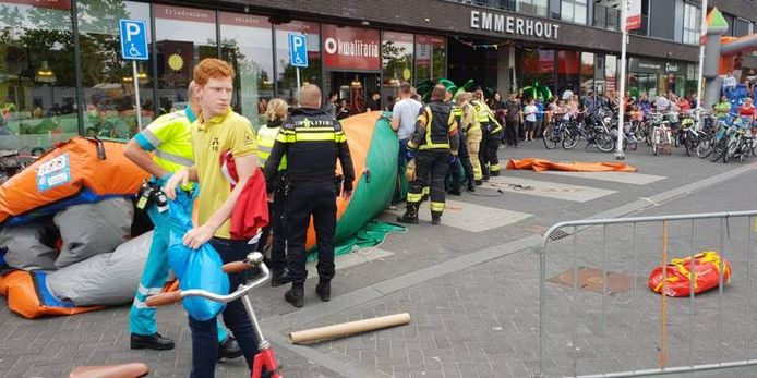 Politie en brandweer controleren of er nog kinderen onder het speelkussen liggen.