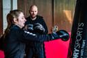 Hans Boerkamp van de Feelgood Fabriek kijkt naar de bokstechniek van Lincy van der Waarde.