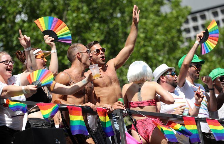 Dansende mensen tijdens de Pride in Berlijn.  Beeld EPA