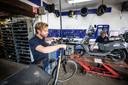 In de werkplaats wordt full-time gewerkt aan het opknappen van fietsen en scooters