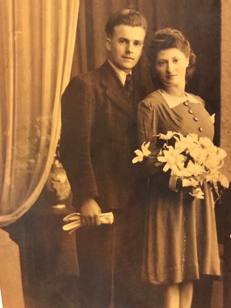 De trouwfoto van het albasten koppel.