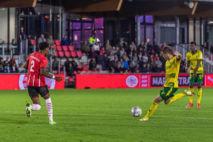 Samy Bourard haalt uit namens ADO Den Haag tegen Jong PSV.