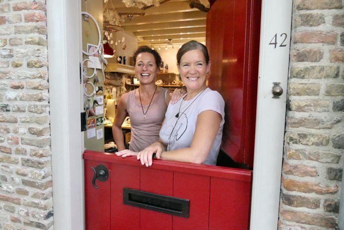 Ellen te Brake en rechts Anneke van der Lee, klaar voor het Art Festival in Heusden dat vandaag is geopend.