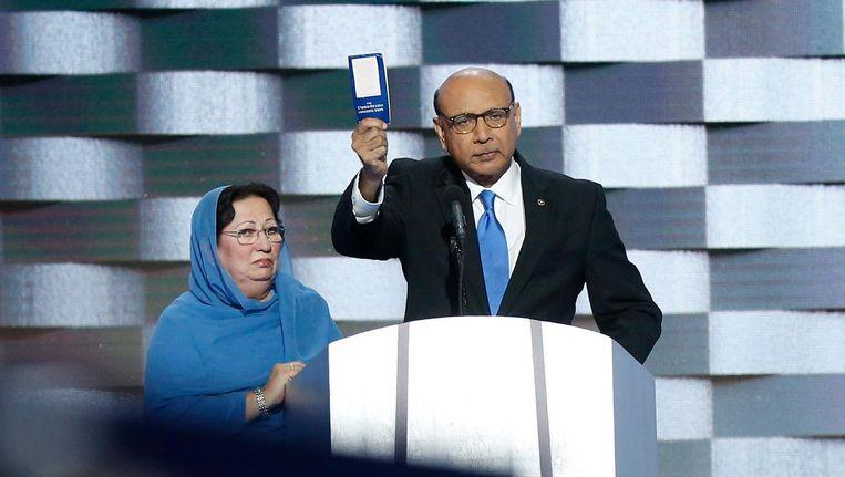 Khizr Khan (R) en zijn vrouw tijdens de Democratische Conventie in Philadelphia. Beeld epa
