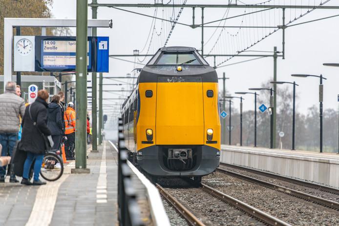 Reizigers klagen steen en been over overvolle treinen tussen Zwolle en Leeuwarden/Groningen.