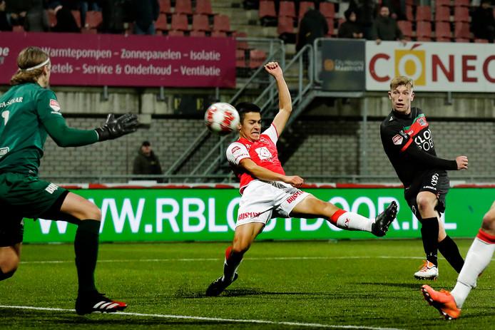 Zian Flemming scoort tegen MVV, maar scheidsrechter en grensrechter zien niet dat de bal via de onderkant van de lat van achter de doellijn weer terugkomt in het veld.