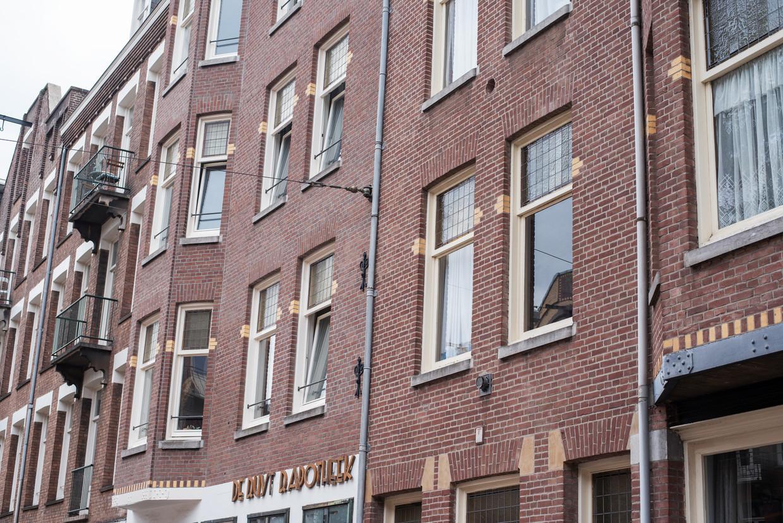 Gevels aan de Admiraal de Ruijterweg Amsterdam. Sommige ramen zijn voorzien van veiligheidsstangen.  Beeld Sabine van Wechem