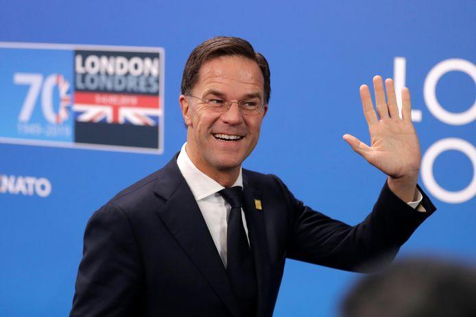 Premier Mark Rutte zwaait naar de pers op de Navo-top in Londen.