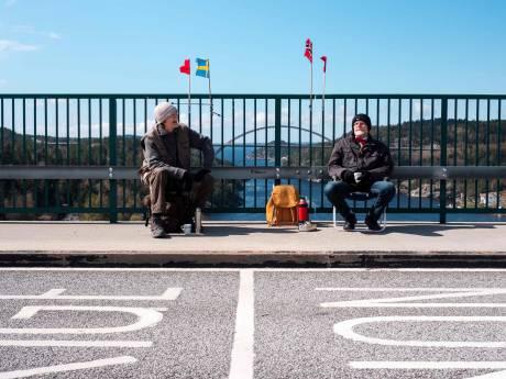 LIVE | 'Investeer in prikken, niet in testen', bejaarde tweeling bouwt uniek coronafeestje