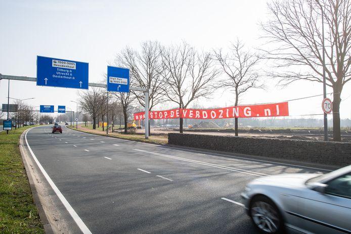 Spandoek 'Stop de verdozing' langs de noordelijke rondweg in Breda.