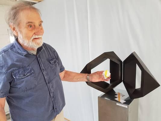 Kunstenaar Claus Bertram toont hoe veel van zijn werken hun oorsprong hebben in een kubus.