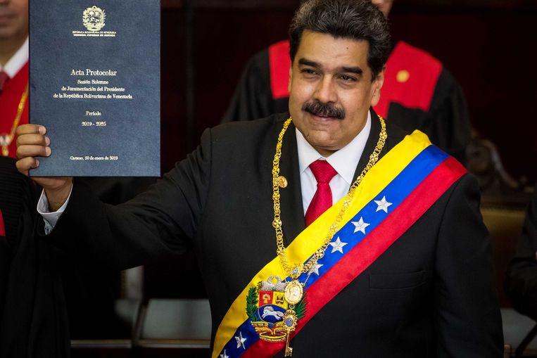 Nicolás Maduro toont het presidentiële protocol.