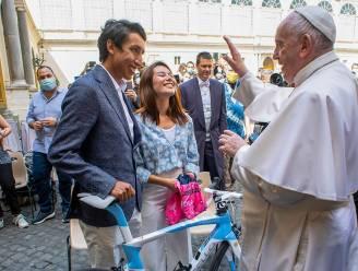 Giro-winnaar Bernal brengt bezoek aan paus Franciscus