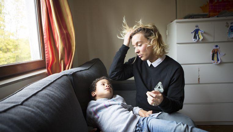 Elsa Frelon (31) en haar zoon Lucien. Beeld Zaza Bertrand