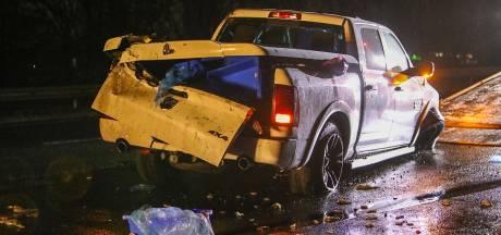 Pick-up crasht op A1 bij Apeldoorn: lading vis schiet over het spekgladde asfalt