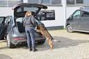 Met speurhonden is in de auto's naar verborgen ruimtes gezocht.