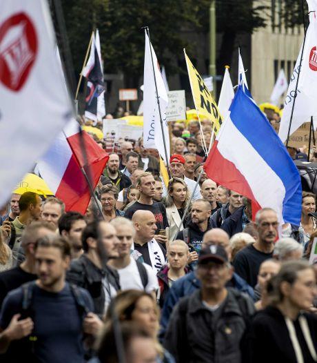Honderden demonstranten lopen door Den Haag voor protest tegen QR-code
