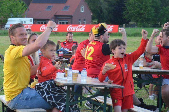 400 aanwezigen zien de Rode Duivels hun eerste EK-wedstrijd winnen in het EK-voetbaldorp van Haaltert, in deelgemeente Denderhoutem. Euforie wanneer de Belgen een goal maken.