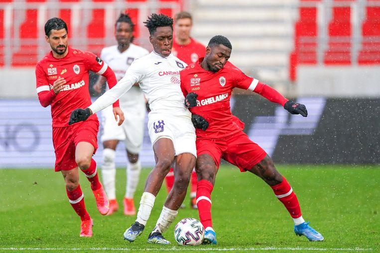 Martin Hongla van Antwerp (r.) geeft Anderlecht-kapitein Albert Sambi Lokonga een duwtje in het Bosuilstadion, maandagavond in de Jupiler Pro League. Beeld Photo News